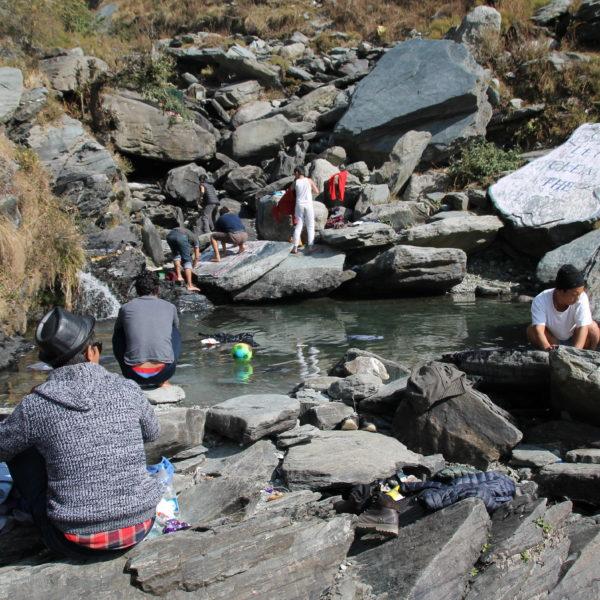 Nos encontramos a este grupo de tibetanos limpiando su ropa en esta piscina natural
