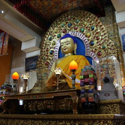 La figura central del Buda en el templo Dalai Lama