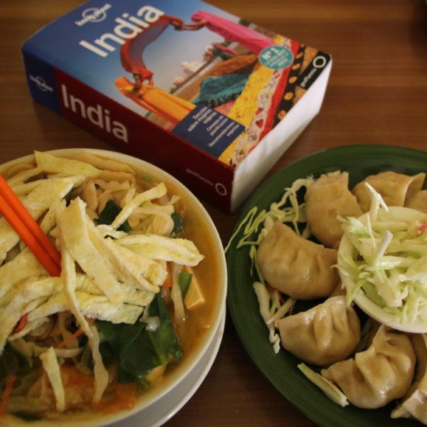 Momos de verdura al vapor y thukpa (sopa de noodles con verduras y tortilla)