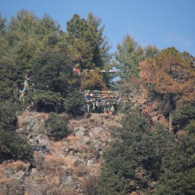 Es fácil ver banderas budistas en cualquier lugar de la montaña