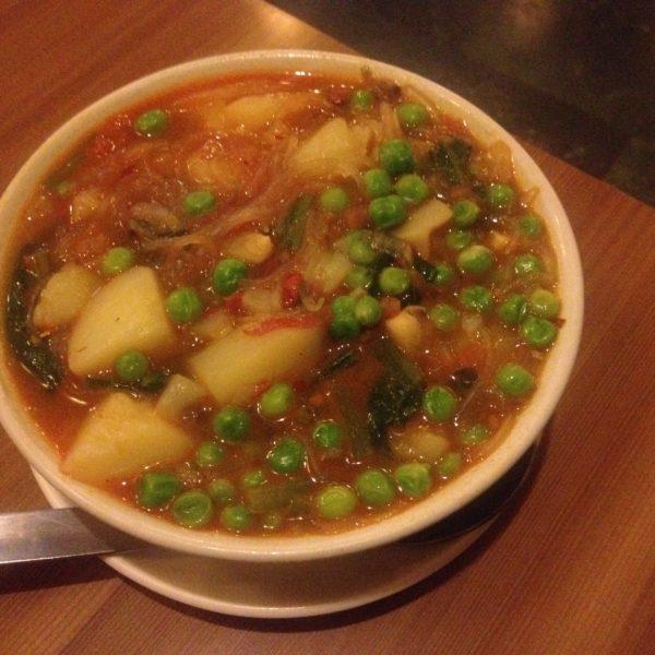 Patatas con guisantes y noodles de arroz