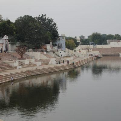 Estas escaleras alrededor de ríos y lagos se llaman ghat y son muy comunes en toda India