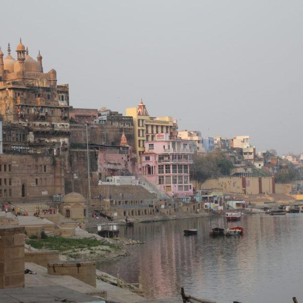 A pesar de ser una ciudad antigua, los edificios de Varanasi son relativamente nuevos, aunque no lo parezcan