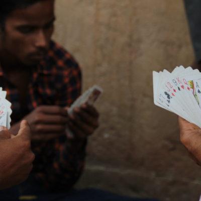 Nos encontramos varios grupos de hombre jugando a cartas toda la tarde