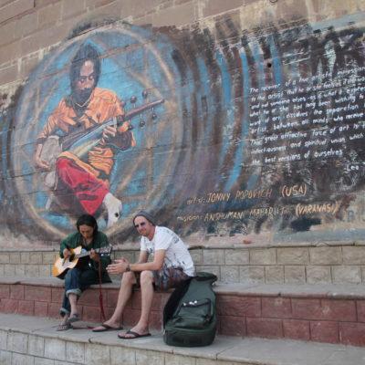 Nos encontramos a estos chicos tocando la guitarra en el lugar perfecto