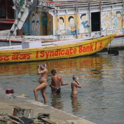 ¿Porqué duharte en casa cuando puedes ducharte en el Ganges?