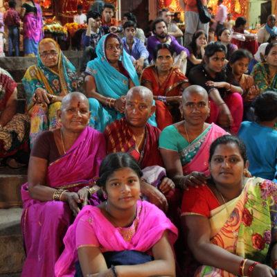 Algunas mujeres del público esperando a que empezara la ceremonia