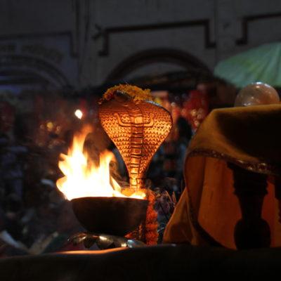 Nos llamó mucho la atención este caliz de fuego con la decoración de la cobra