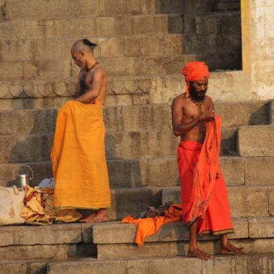 Dos saddhus se vuelven a vestir tras sus rituales mañaneros