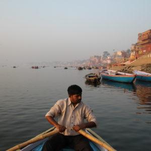 El paseo en barco al amanecer es un trayecto tranquilo donde se observan muchísimas cosas desde el propio Ganges hacia la orilla