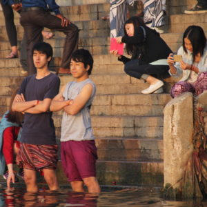 Hasta algunos turistas se animan a entrar en el Ganges, pero no por completo