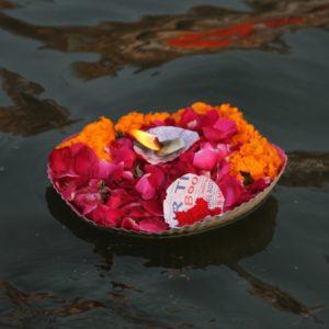 Muchas velas flotan junto con flores en el agua, pero no llegamos a saber que significaba exáctamente