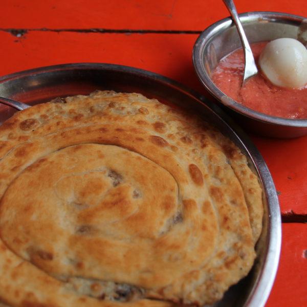 Malawa, un tipo de pan relleno de queso que se acompaña con salsa de tomate y un huevo duro