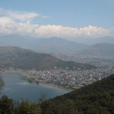 Pokhara es bastante grande, aunque la mayor parte del turismo se concentra cerca del lago, en el Lakeside