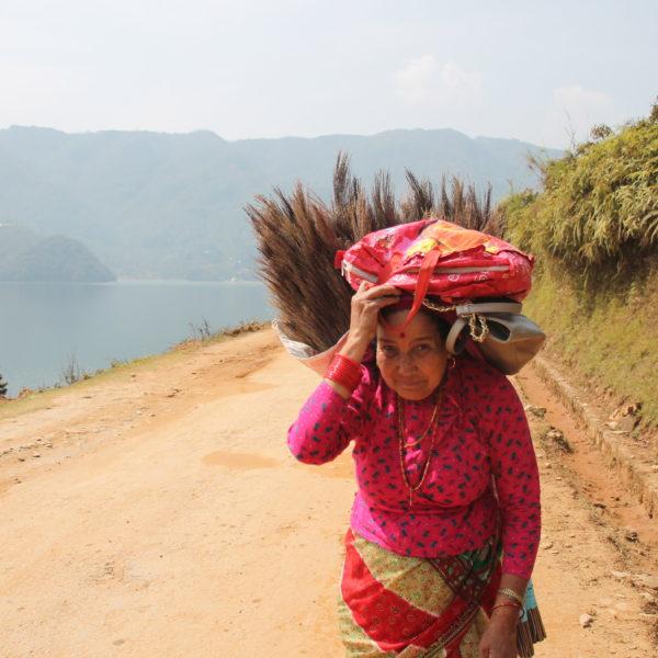 Esta mujer lleva toda su carga entre la espalda y la cabeza, bolso incluido