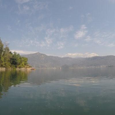 Increíble paisaje el del lago con Himalaya al fondo