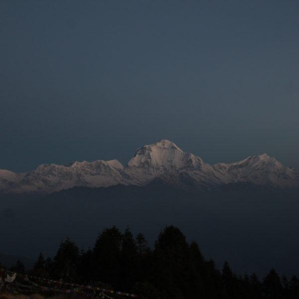La cordillera Dhaulagiri desde Poon Hill aún con las luces del alba