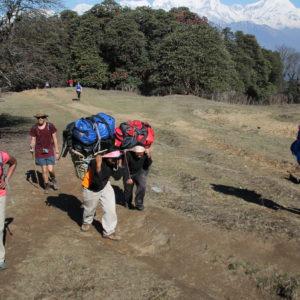 Los porteadores de algunos turistas llegando a la cima de la primera subida. ¡Nosotros todavía alucinamos!