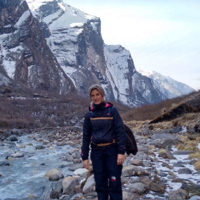 Precioso el cañón con el río de agua cristalina y las montañas nevadas
