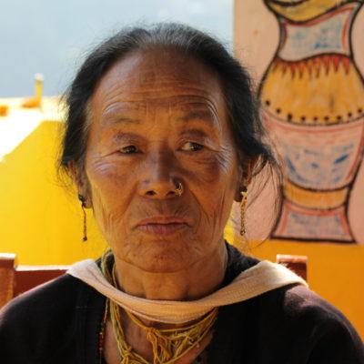 Mujer nepalí regente de un alojamiento-restaurante