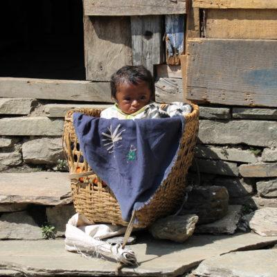 Este niño en la cesta consiguió sacarnos una sonrisa a pesar de lo cansados que estábamos ya