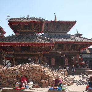 Palomas y ladrillos complementan la imagen de la plaza en Katmandú