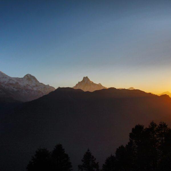 El sol hace presencia frente al Annapurna Sur (7213m), Hiunchuli (6441m) y el Machhapuchhre (6997m)
