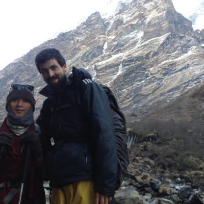 Subiendo nos encontramos con este monje budista de Bhutan que como veis vas con los brazos al aire, ¡y nosotros super abrigados!
