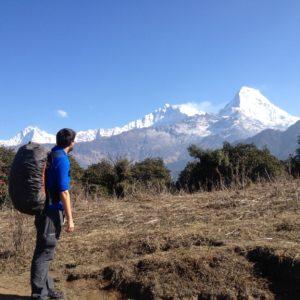 Nico con su mochila mira al Annapurna desde la primera subida, donde las vistas son muy parecidas a las del Poon Hill