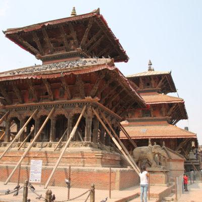 En Patan, os templos también están apuntalados y nadie entra en ellos