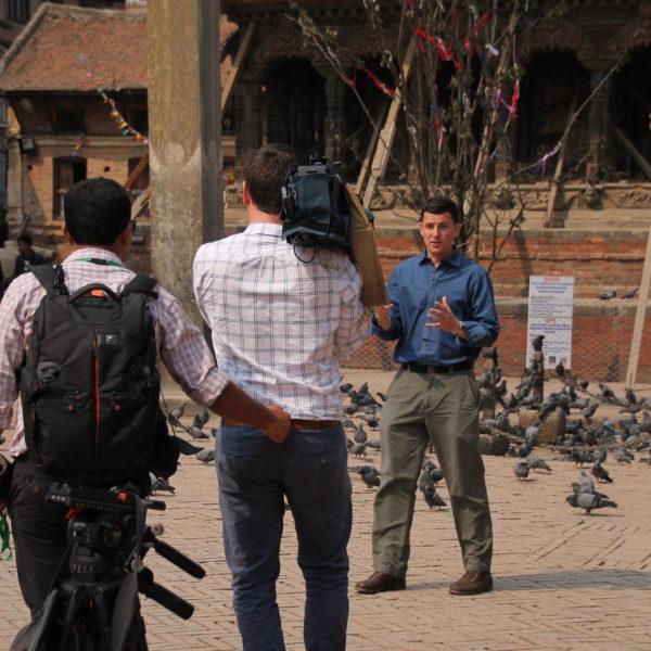 Nos resultó gracioso ver a los periodistas grabar una y otra vez su discurso para las noticias