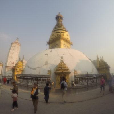 La inmensa estupa de Swayambhunath en lo alto de la cima