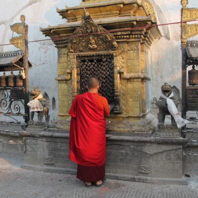 Un monje budista rezando en la estupa