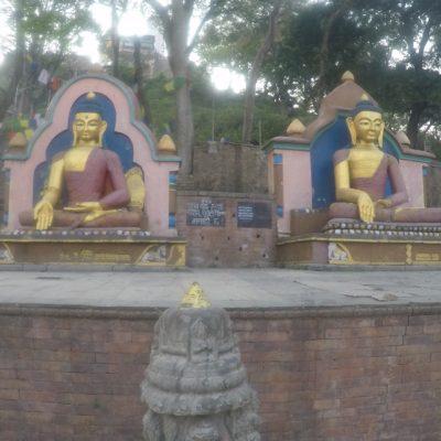 Al bajar, nos encontramos con más figuras de buddha en la parte de abajo
