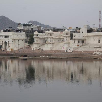 El lugar lo rematan estos palacios en varias partes del lago