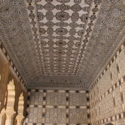 Techos y paredes llenos de pequeños espejos con una elegancia suprema