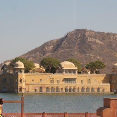 Camino al fuerte pasamos frente a Jal Mahal, un palacio que quedó inundado y aislado