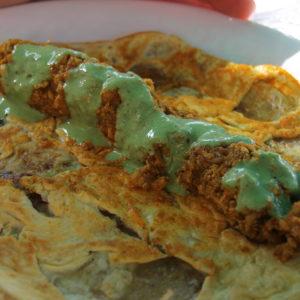 Sabroso kebab de pollo con cebolla y huevo