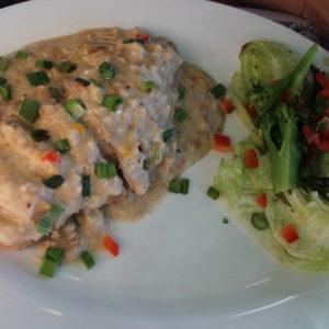 Pollo relleno de champis, pimiento y cebolla con salsa de queso