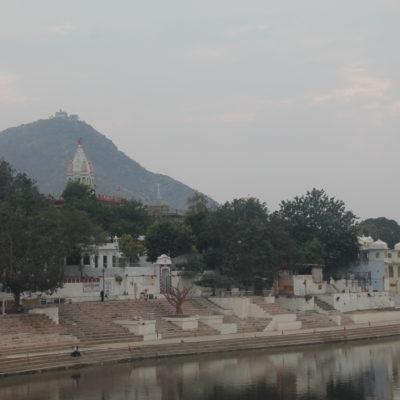 Una de las colinas que en su cima tiene un templo vista desde el lago