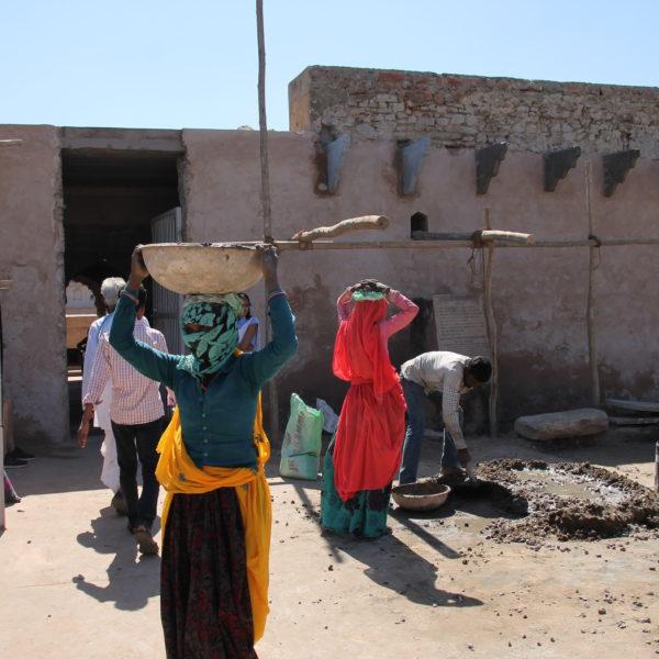 Trabajadoras de obras cargan cemento en la parte de fuera de Chand Baori