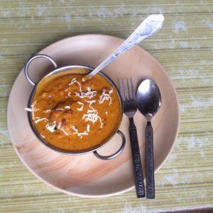 Patatas rellenas del Om Shiva Garden con su deliciosa salsa