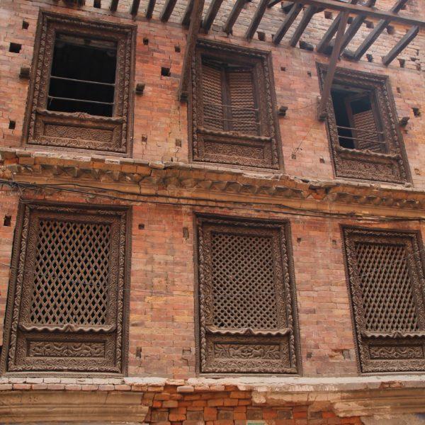 Algunas casas tienen los ladrillos colocados de manera que llenen algunos huecos