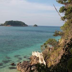 Agua azul también frente a la Isla Gemia