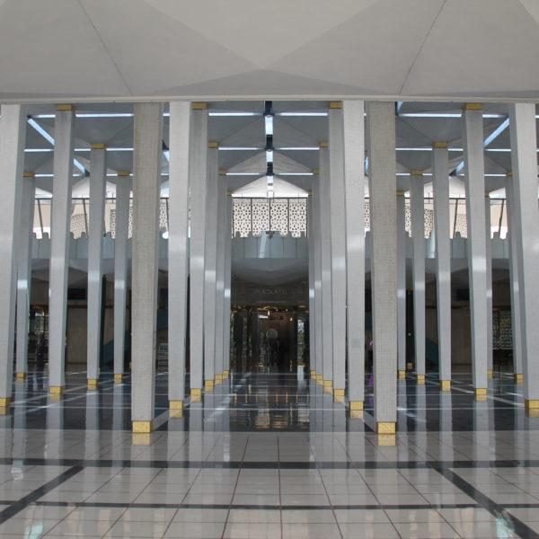 Muy bonito el efecto que dan tantas columnas en el Masjid Negara