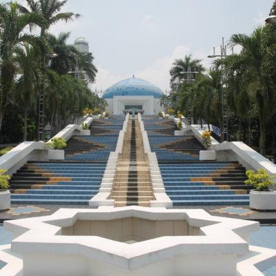 Escaleras a la entrada del planetario dentro del parque
