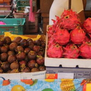 A la derecha, la fruta de dragón; una fruta típica de esta zona del sureste asiático
