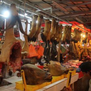No podía faltar la clásica visita al mercado, donde pudimos ver cabezas de vaca o media cabra colgando