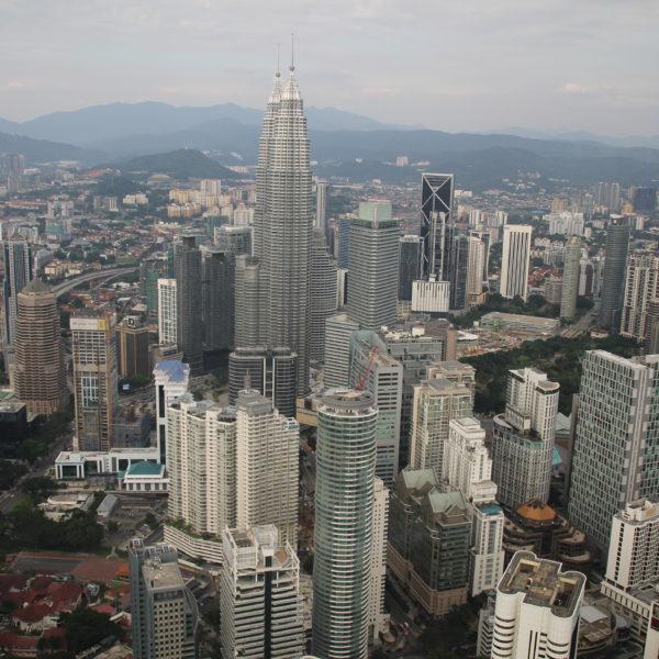 Las Petronas y las torres que las rodean, el centro de Kuala Lumpur