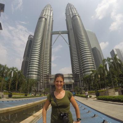 El lado de la entrada principal de las torres Petronas